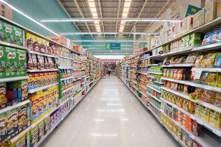 PATTAYA, Thailandia - 22 febbraio 2016: all'interno del ipermercato Tesco Lotus a Pattaya. Tesco Lotus è una catena di ipermercati in Thailandia gestita da Ek-Chai Distribution System Co., Ltd.