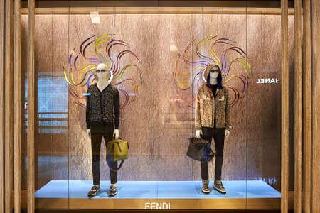 HONG KONG - 26 stycznia 2016: Okienko wyświetlacza Fendi sklepie przy elementach centrum handlowego. Elementy jest duże centrum handlowe znajduje się 1 Austin Road West, Tsim Sha Tsui, Kowloon, Hong Kong