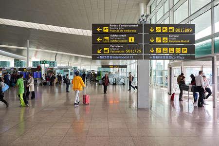 BARCELONA, ESPAÑA - alrededor de noviembre de 2015: en el interior del Aeropuerto de Barcelona. Barcelona-El Prat es un aeropuerto internacional. Es el principal aeropuerto de Cataluña, España. Foto de archivo - 65600369