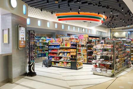 HONG KONG - CIRCA NOVEMBER 2016: ein 7-Eleven-Filiale in Hong Kong. 7-Eleven ist eine internationale Kette von Convenience-Stores. Editorial
