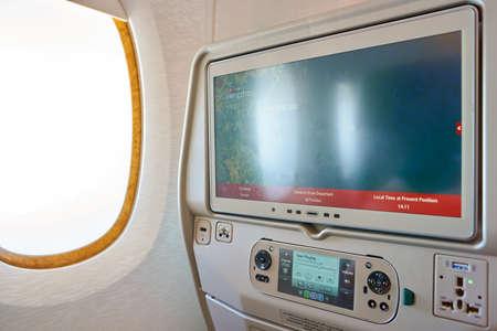 香港 - 11 月、2016 年頃: エミレーツ航空 A380 のキャビン内の座席背面画面のショットを閉じる。