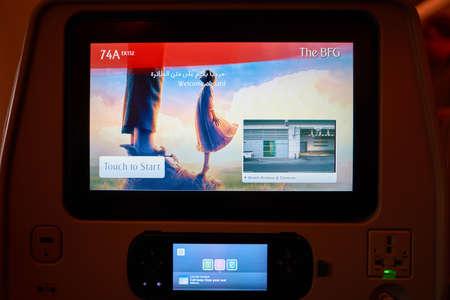 ドバイ、アラブ首長国連邦 - 2016 年 11 月頃: エミレーツ航空 A380 のキャビン内シート背面画面のスクリーン ショットを閉じます。