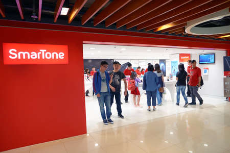 HONG KONG - CIRCA NOVEMBER, 2016: people at SmarTone shop. SmarTone Telecommunications Holdings Limited is a wireless communications carrier with operating subsidiaries in Hong Kong and Macau. Редакционное