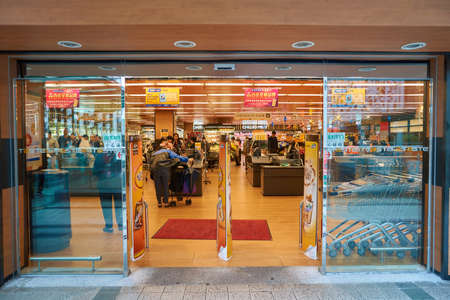 HONG KONG - CIRCA NOVEMBER 2016: Äußeres des Geschmackssupermarktes. Taste ist ein Supermarktkette in Hong Kong im Besitz von AS Watson Standard-Bild - 76978712