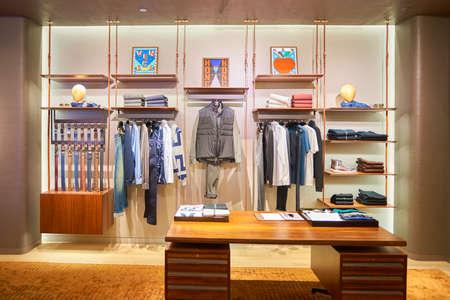 HONG KONG - 23. NOVEMBER 2016: Innerhalb von Louis Vuitton speichern. Louis Vuitton Malletier ist ein französisches Modehaus.