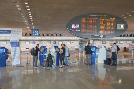 PARIS, Frankreich - CIRCA SEPTEMBER 2014: in Charles de Gaulle Flughafen. Der Flughafen ist der größte internationale Flughafen in Frankreich.