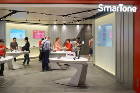 HONG KONG - MAY 05, 5015: people at SmarTone shop. SmarTone Telecommunications Holdings Limited is a wireless communications carrier with operating subsidiaries in Hong Kong and Macau. Редакционное