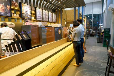 SEOUL, ZUID-KOREA - CIRCA MAY, 2017: mensen in Starbucks in Seoel. Starbucks Corporation is een Amerikaans koffiebedrijf en koffiehuisketen.