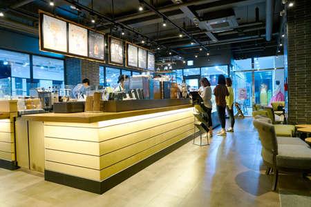 서울, 한국 - 2017 년 5 월 : 서울에있는 Starbucks 커피 숍 내부. Starbucks Corporation은 미국의 커피 회사이자 커피 하우스 체인입니다. 에디토리얼