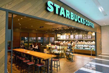 SEOUL, ZUID-KOREA - CIRCA MAY, 2017: Starbucks-koffiewinkel in Seoel. Starbucks Corporation is een Amerikaans koffiebedrijf en koffiehuisketen.