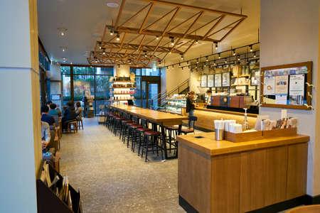 서울, 한국 - 2017 년 6 월 : 서울의 스타 벅스 내부. Starbucks Corporation은 미국의 커피 회사이자 커피 하우스 체인입니다. 에디토리얼