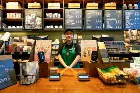 SEOUL, ZUID-KOREA - CIRCA MEI 2017: werknemer bij Starbucks. Starbucks Corporation is een Amerikaans koffiebedrijf en koffiehuisketen. Redactioneel
