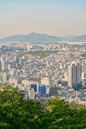 서울, 한국 -2207 년경 : 낮에 남 산에서 서울 시티 뷰. 서울 특별시는 대한민국의 수도이자 가장 큰 대도시입니다.