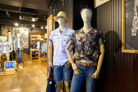 SEOUL, ZUID-KOREA - CIRCA MEI 2017: mannequins in een winkel Levi's in Seoul. Levi Strauss & Co. is een particulier Amerikaans kledingbedrijf dat wereldwijd bekend staat om zijn Levi's merk denimjeans. Redactioneel