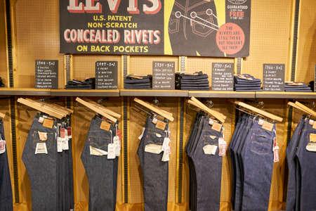 SEOUL, ZUID-KOREA - CIRCA MEI 2017: jeans op vertoning bij een Levi-opslag in Seoel. Levi Strauss & Co. is een particulier Amerikaans kledingbedrijf dat wereldwijd bekend staat om zijn Levi's merk denimjeans.