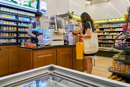 SEOUL, ZUID-KOREA - CIRCA MEI 2017: vrouw die bij Cu-buurtwinkel betaalt. CU is een supermarktketen in Zuid-Korea. Stockfoto - 82963875