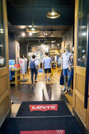 SEOUL, ZUID-KOREA - CIRCA MAY, 2017: een winkel van Levi in Seoel. Levi Strauss & Co. is een particulier Amerikaanse kledingbedrijf wereldwijd bekend om zijn merk van denim jeans van Levi. Redactioneel