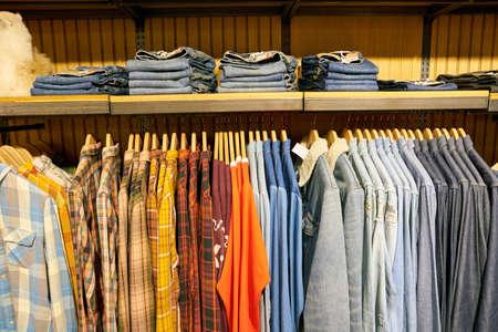 SEOUL, ZUID-KOREA - CIRCA MEI 2017: overhemden op vertoning bij een Levi-opslag in Seoel. Levi Strauss & Co. is een particulier Amerikaans kledingbedrijf dat wereldwijd bekend staat om zijn Levi's merk denimjeans. Redactioneel