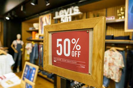 SEOUL, ZUID-KOREA - CIRCA MEI 2017: binnen een winkel Levi's in Seoel. Levi Strauss & Co. is een particulier Amerikaans kledingbedrijf dat wereldwijd bekend staat om zijn Levi's merk denimjeans. Redactioneel