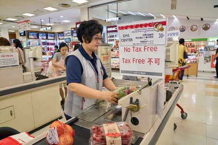 ソウル、韓国 - 5 月、2017 年頃: ソウルのロッテマートの中。ロッテマートは、様々 な食料品、衣料品、おもちゃ、電子工学および他の商品を販売し 報道画像