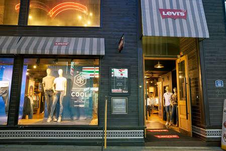 SEOUL, ZUID-KOREA - CIRCA MEI 2017: een Levi's storefront in Seoul. Levi Strauss & Co. is een particulier Amerikaans kledingbedrijf dat wereldwijd bekend staat om zijn Levi's merk denimjeans. Stockfoto - 82964245