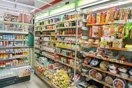 SEOUL, ZUID-KOREA - CIRCA MAY, 2017: binnen 7-11 supermarkt teken. 7-Eleven is een internationale supermarktketen.
