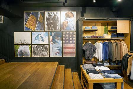 SEOUL, ZUID-KOREA - CIRCA MEI 2017: binnen een winkel Levi's in Seoel. Levi Strauss & Co. is een particulier Amerikaans kledingbedrijf dat wereldwijd bekend staat om zijn Levi's merk denimjeans. Stockfoto - 82964524