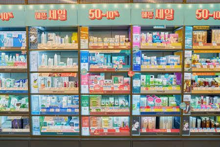 ソウル、韓国 - 5 月、2017 年頃: オリーブ ヤングで展示品はソウルに格納します。 写真素材 - 83054036