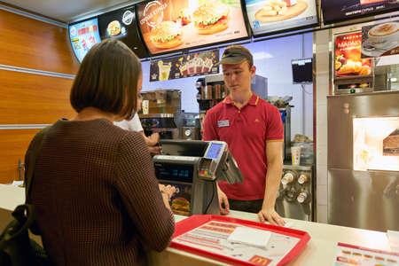 SAINT PETERSBURG, RUSLAND - CIRCA AUGUSTUS, 2017: binnen het restaurant van McDonald's. McDonald's is een Amerikaanse keten van hamburger- en fastfoodrestaurants