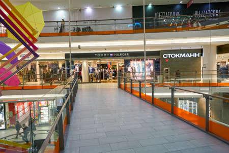 """Saint Petersburg, Federacja Rosyjska - około października 2017: wewnątrz centrum handlowego """"Nevsky center"""". Centrum handlowe """"Nevsky center"""" jest głównym centrum handlowym położonym w centrum Petersburga. Publikacyjne"""