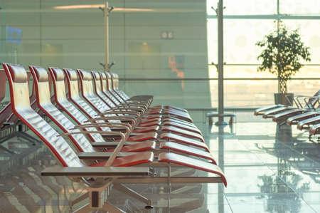 ドバイ、アラブ首長国連邦 - 2015 年 11 月頃: ドバイ国際空港エリアの座席。それは国際的な乗客交通による世界で最も忙しい空港です。