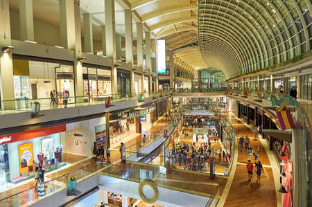 SINGAPUR - 07 LISTOPADA 2015: wewnątrz The Shoppes w Marina Bay Sands.