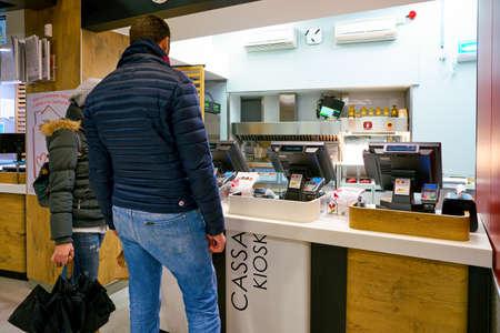 MILAN, ITALIE - CIRCA NOVEMBRE 2017 : les clients d'un restaurant McDonald's à Milan.