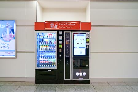 VARSAVIA, POLONIA - CIRCA NOVEMBRE 2017: distributore automatico nell'aeroporto Chopin di Varsavia.
