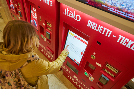 MILAN, ITALY - CIRCA NOVEMBER, 2017: ticket kiosks at Milano Centrale railway station. Milano Centrale is one of the main railway stations in Europe. Imagens - 119938188