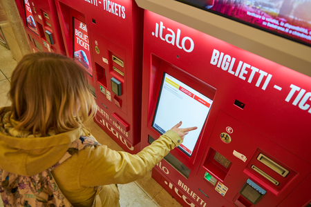 MILAN, ITALY - CIRCA NOVEMBER, 2017: ticket kiosks at Milano Centrale railway station. Milano Centrale is one of the main railway stations in Europe. Imagens - 120104439