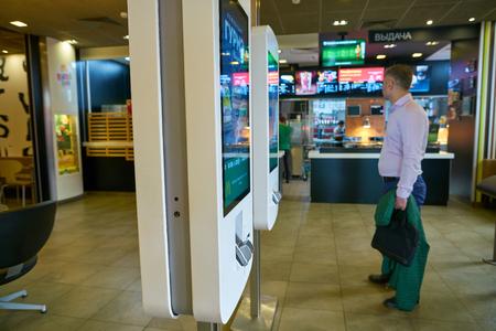 Moskau, Russland - ca. Mai 2018: Kioske bei McDonald's Restaurant in Moskau bestellen. Editorial
