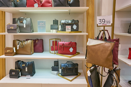 MILAN, ITALY - CIRCA NOVEMBER, 2017: bags on display at a store in Milan, Italy 新聞圖片