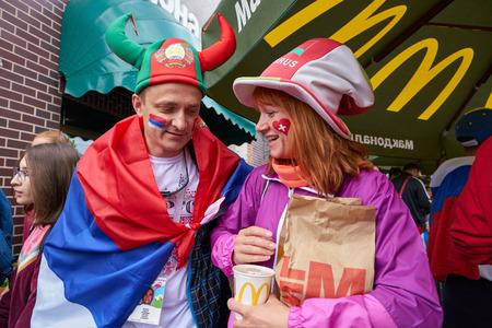 Kaliningrado, Rusia - 22 de junio de 2018: Aficionados al fútbol en Kaliningrado. Rusia, Copa Mundial de la FIFA 2018. Editorial