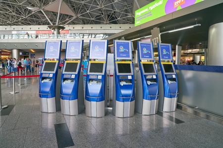 Moskau, Russland - ca. Juli 2018: Self-Check-in-Automaten im Internationalen Flughafen Vnukovo. Editorial