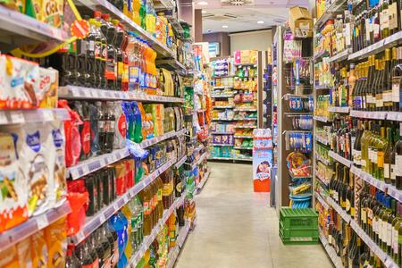 MILAN, ITALI - CIRCA NOVEMBER, 2017: voedselproducten te koop in de Carrefour Express-winkel in Milaan. Redactioneel