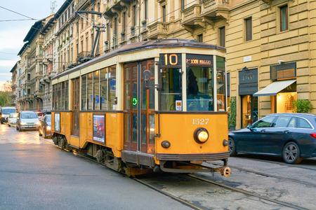 Mailand, Italien - ca. November 2017: Straßenbahn in der Stadt Mailand. Editorial