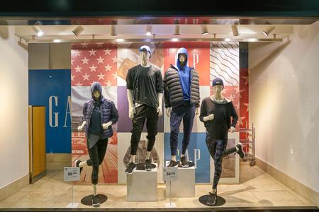 Milán, Italia - CIRCA noviembre, 2017: un escaparate en la tienda GAP en Milán. GAP es un minorista estadounidense de ropa y accesorios en todo el mundo. Editorial