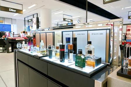 DUSSELDORF, ALLEMAGNE - CIRCA SEPTEMBRE 2018 : bouteilles de parfum Armani exposées à la Galeria Kaufhof à Düsseldorf. Éditoriale