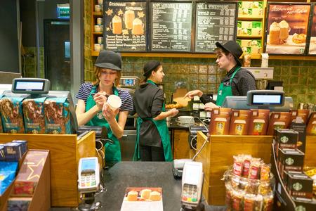Moskau, Russland - ca. Oktober 2018: Mitarbeiter von Starbucks in Moskau.
