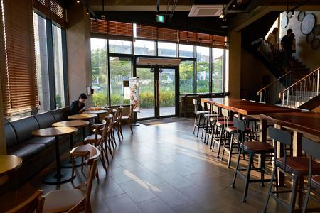 BUSAN, SÜDKOREA - ca. Mai 2017: im Starbucks Coffee Shop in Busan. Starbucks Corporation ist ein amerikanisches Kaffeeunternehmen und eine Kaffeehauskette.