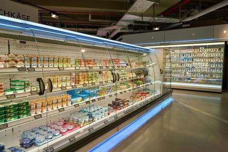 Düsseldorf, Niemcy - około września 2018: strzał wnętrza supermarketu Zurheide w Dusseldorfie.