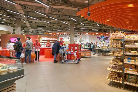 ZURRICH, ZWITSERLAND - CIRCA OKTOBER, 2018: interieur shot van Migros supermarkt in Zürich International Airport. Migros is het grootste retailbedrijf van Zwitserland.