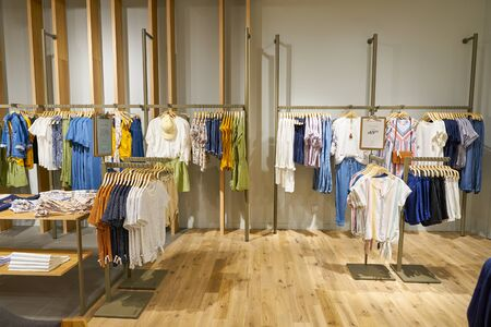 SINGAPORE - CIRCA APRILE 2019: interni del negozio Esprit nell'aeroporto di Jewel Changi.