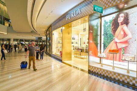 SINGAPUR - CIRCA ABRIL, 2019: entrada a la tienda Furla en Jewel Changi Airport.